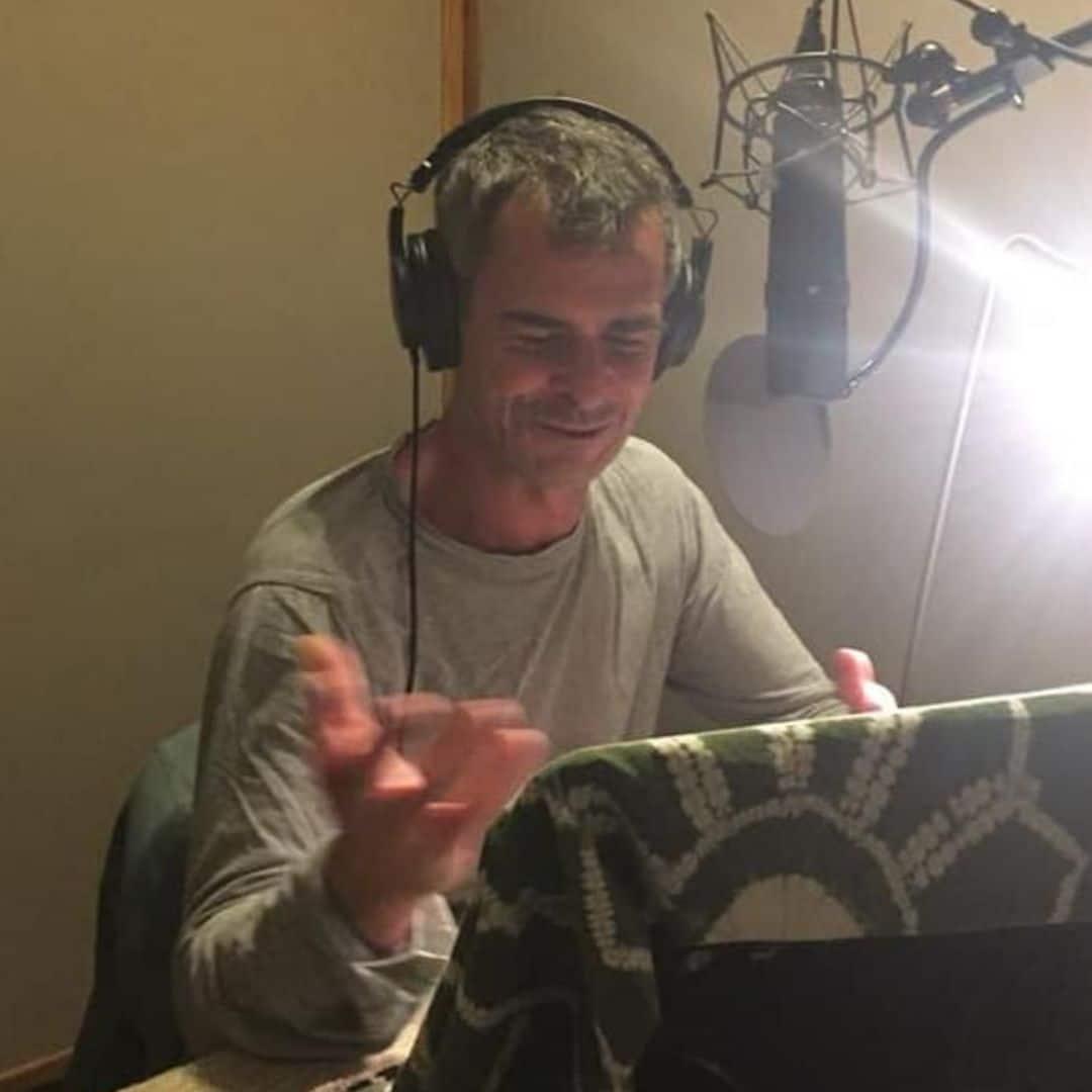 Le comédien Frédéric Kneip enregistre un livre audio